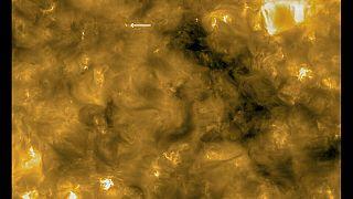 """Detalle de una """"hoguera solar"""" y comparación con el tamaño de la Tierra."""