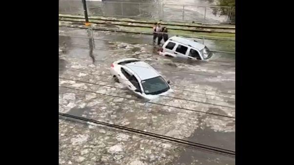 در غرب مکزیک خودروها را آب برد