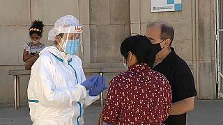 España se enfrenta a los brotes de COVID-19 y registra 580 nuevos casos en 24 horas