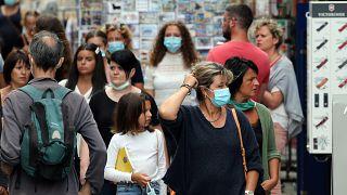 Gente pasea por Bayona, Francia