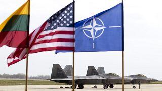 F-22 Raptor-Kampfjets der U.S. Air Force stehen nach der Landung auf dem Luftwaffenstützpunkt Siauliai, etwa 230 km östlich der litauischen Hauptstadt Vilnius,27.04.2016