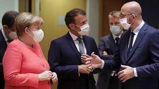 La chancelière allemande, Angela Merkel, le président français, Emmanuel Macron et le président du Conseil européen, Charles Michel, le 17 juillet 2020