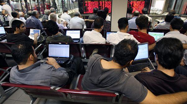 رونق بازار سهام تهران دردسرساز شد؛ کارمندان بورسباز در دو راهی استعفا و پیگرد قانونی