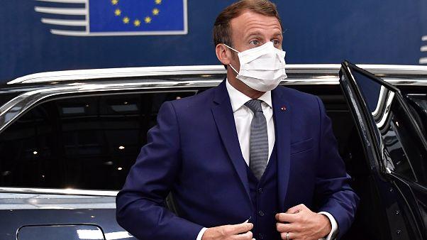 الرئيس الفرنسي إيمانويل ماكرون عند وصوله إلى المجلس الأوروبي، مقر انعقاد القمة في بروكسل