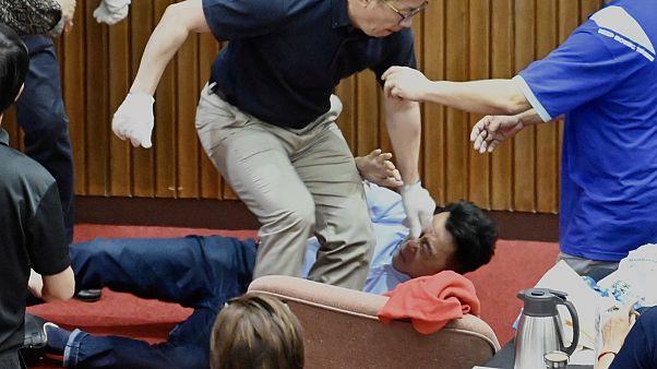 """Тайваньский парламент закидали """"водяными бомбами"""""""