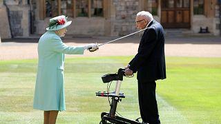 II. Elizabeth, 100 yaşındaki emekli yüzbaşı Moore'u şövalye yaptı