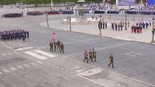 Paris'te askeri geçit törenine katılan İsviçreli askerler