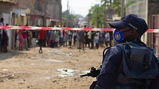 Agente da polícia angolana observa protesto em Hoji-Ya-Henda, Luanda