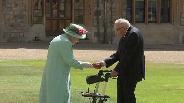 Η βασίλισσα Ελισάβετ έχρισε ιππότη τον «Κάπτεν Τομ»