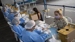 La curva de la pandemia se estabiliza en Brasil mientras el mundo da marcha atrás ante los rebrotes
