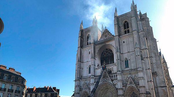 Έρευνα για εμπρησμό για τη φωτιά στον καθεδρικό της Νάντης