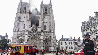 الدخان يتصاعد من بين برجي الكاتدرائية
