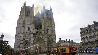 Forte suspeita de fogo posto na catedral de Nantes