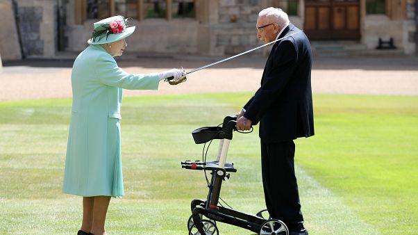 الملكة إليزابيث والمحارب توم مور