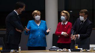 Mark Rutte im Gespräch mit Angela Merkel, Ursula von der Leyen und Emmanuel Macron