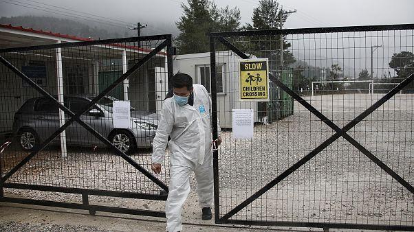 موظف من الجهاز الطبي اليوناني مغادراً أحد مخيّمات المهاجرين في اليونان شمالي أثينا