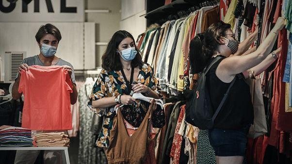 Des clientes dans un magasin portent un masque pendant la pandémie de Coid-19, Bordeaux, France, le 19 juillet 2020