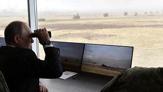 Rusya lideri Putin 2019'da yapılan bir tatbikatı izlerken/Arşiv