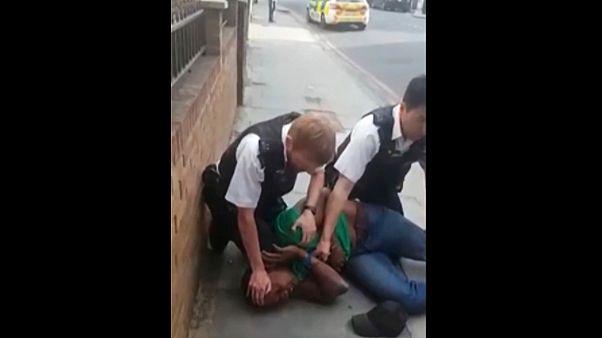 Londra'da gözaltına aldığı kişinin kafasına diziyle bastıran polis memuru açığa alındı
