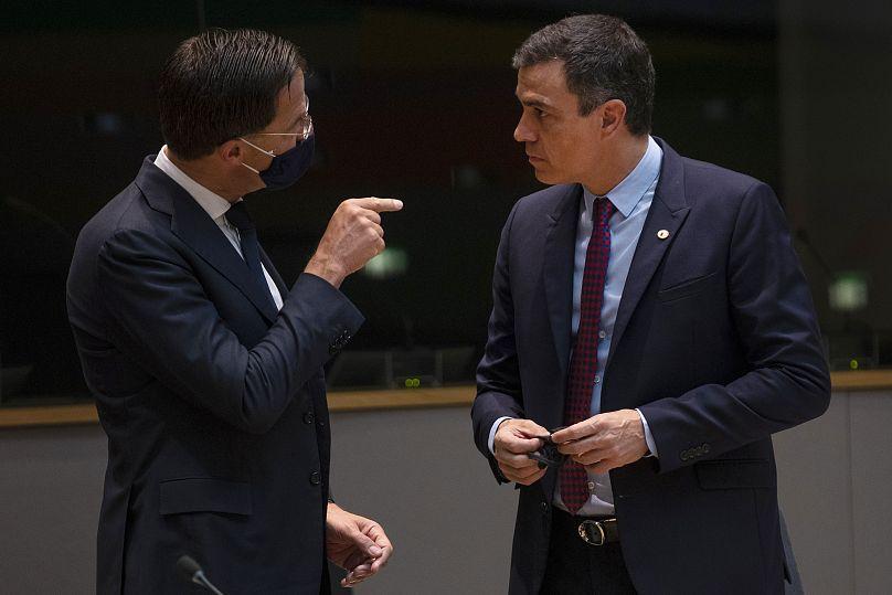 El primer ministro holandés Mark Rutte habla con el presidente del Gobierno español Pedro Sánchez durante una reunión al margen de la cumbre de la UE en Bruselas, el 18 de julio de 2020.
