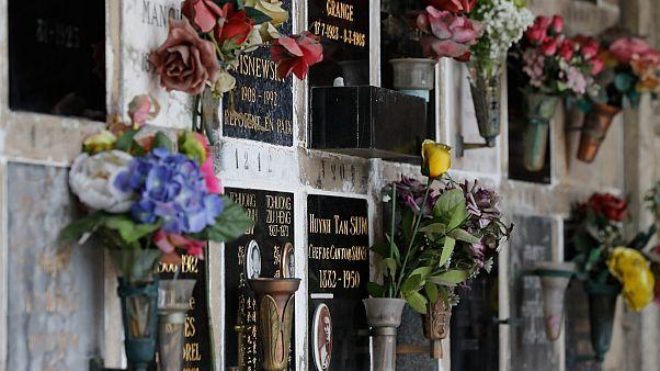ورود في مقبرة فرنسية لتأبين ضحايا فيروس كورونا