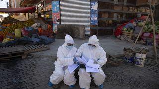 عاملان من القطاع الصحي في بوليفيا