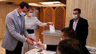 بشار اسد، رئيس جمهوری سوریه در کنار همسرش در حوزهٔ اخذ رأی در دمشق، ۱۹ ژوئیه ۲۰۲۰