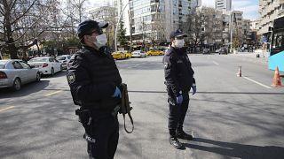 عنصران من الشرطة التركية في أنقرة