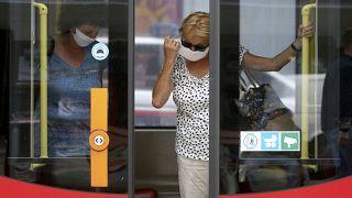 In öffentlichen Verkehrsmitteln auf jeden Fall Pflicht: Maske tragen