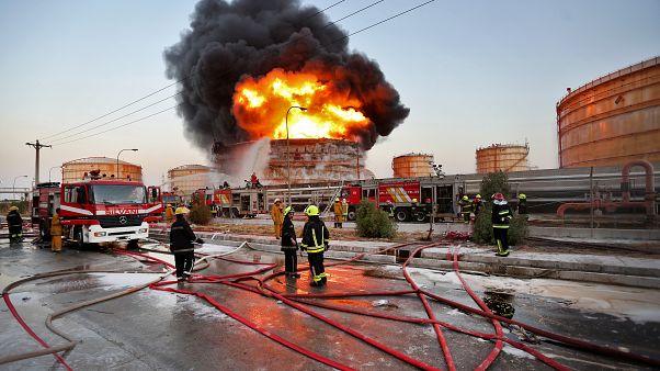 رجال إطفاء إيرانيون يحاولون إخماد حريق شبّ في مجمع بتروكيميائي في ميناء الإمام الخميني في 2016 (أرشيف)