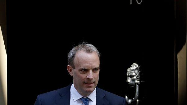 كبير دبلوماسيي المملكة المتحدة دومينيك راب مغادراً مقر رئاسة الوزراء في دوننغ ستريت
