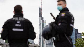 عنصران من الشرطة الألمانية في فرانكفورت