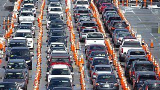 Centenas de veículos fazem fila para o centro improvisado de testes à Covid-19, no estádio Hard Rock, em Miami