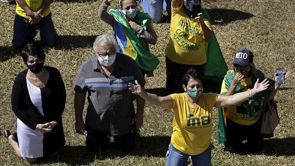 Бразильцы молятся о здоровье Жаира Болсонару