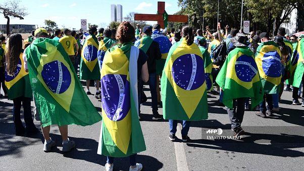 """""""Außer Kontrolle"""": Die Corona-Lage in Brasilien und den USA"""