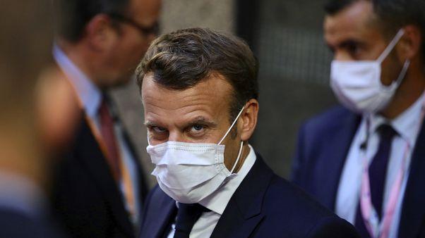 Эммануэль Макрон покидает место проведения саммита ЕС утром 20 июля 2020.