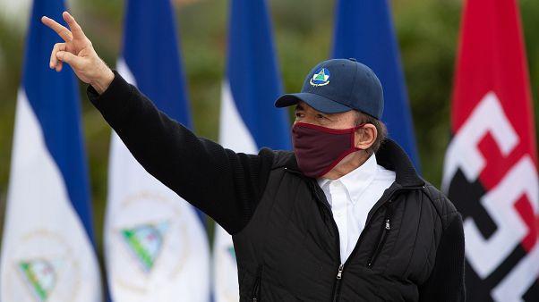 Daniel Ortega reaparece con mascarilla en el aniversario de la revolución sandinista