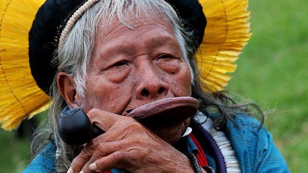 """حالة زعيم قبائل الأمازون راوني """"مستقرة"""" بعد تلقيه جرعة دم"""