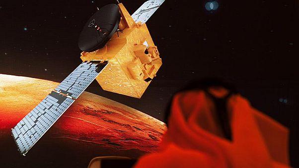 Un journaliste travaille au centre spatial Mohammed Bin Rashid de Dubaï le 19 juillet 2020