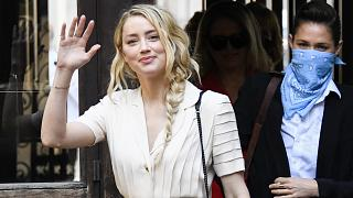 Johnny Deep'in eski eşi Amber Heard, ünlü oyuncunun kendisine farklı seferlerde şiddet uyguladığını ve tehdit ettiğini söyledi.