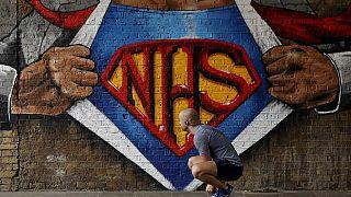 Az egészségügyi dolgozók erőfeszítéseit megköszönő londoni graffitik egyike