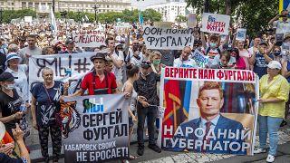 """Demonstranten in Chabarowsk, Russland, halten Schilder hoch, auf denen zu lesen ist: """"Freiheit für Sergej Furgal, ich bin, wir sind Sergej Furgal""""."""