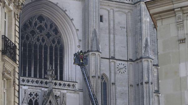 تعمل فرق الإطفاء على إخماد الحريق في الكاتدرائية القوطية في نانت غرب فرنسا