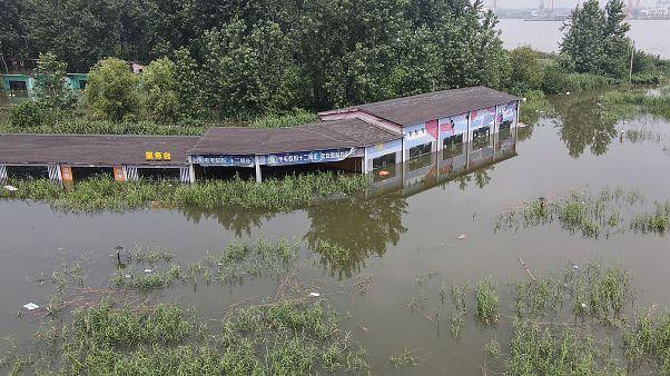 Rekordmennyiségű esőzések és áradások Kína keleti és középső tartományaiban