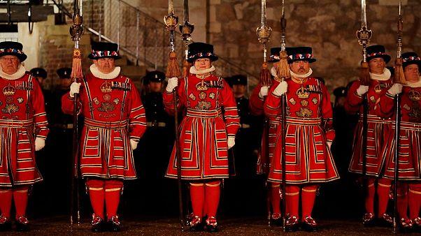 برای نخستین بار در تاریخ از شمار نگهبانان برج سلطنتی لندن کاسته میشود