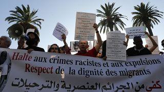 صورة من الأرشيف-ناشطون يرفعون لافتة وهم يتظاهرون ضد العنصرية أمام البرلمان المغربي في الرباط - المغرب 2014