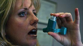 Inhaler kullanan bir hasta