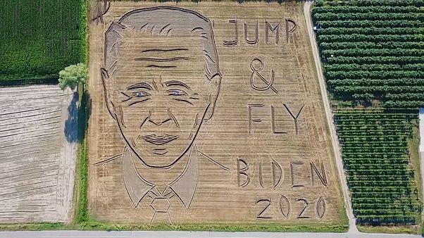 پرتره بزرگ جو بایدن بر یک مزرعه گندم در ایتالیا نقش بست