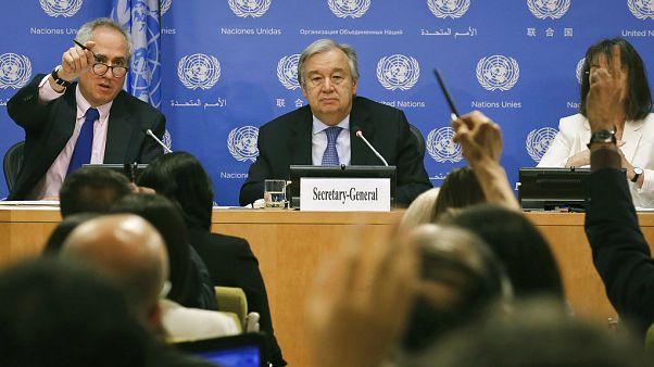 BM Genel Sekreteri Antonio Guterres (ortada), BM Sözcüsü Stephane Dujarric (solda)