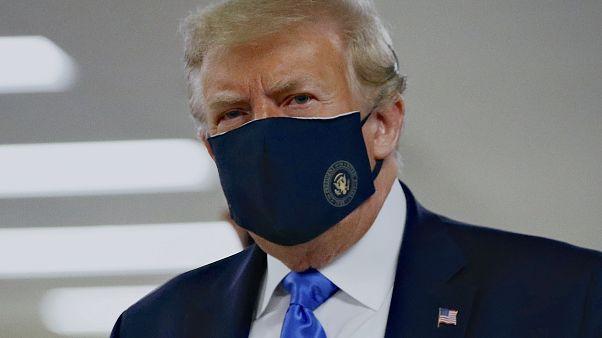 الرئيس الأمريكي دونالد ترامب وهو يضع الكمامة